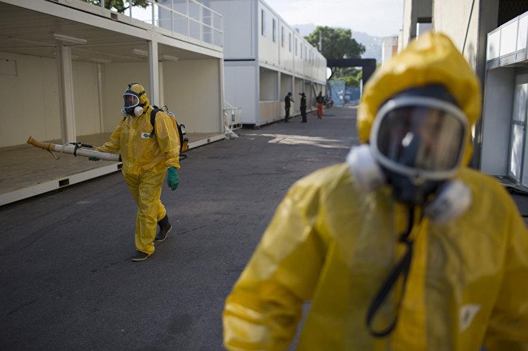 Медицинские работники распыляют инсектициды для борьбы с комарами вида Аedes Аegypti на стадионе Самбадром в Рио-де-Жанейро