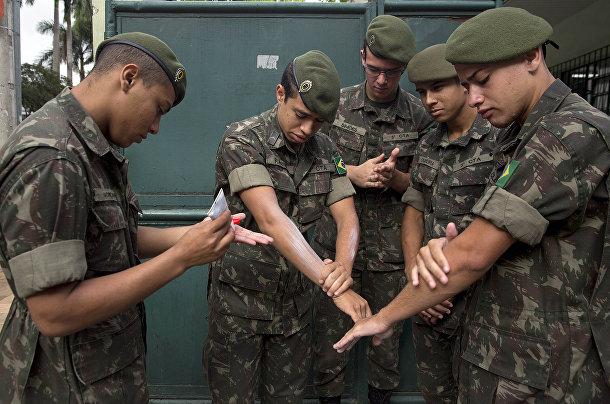 Солдаты Бразильской армии применяют средства для защиты от насекомых