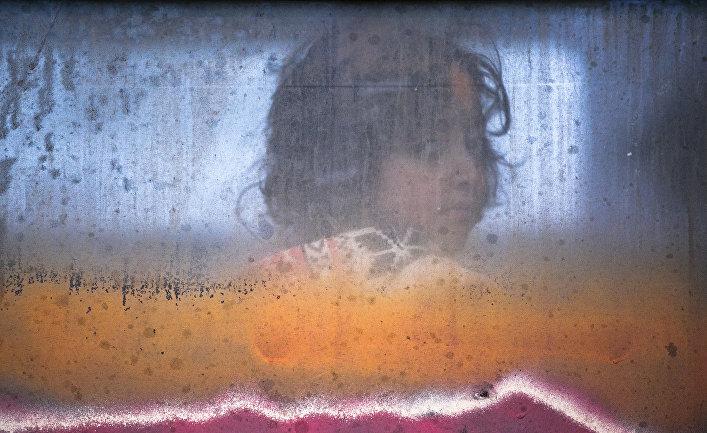 Девочка-мигрант в поезде на границе Сербии и Македонии