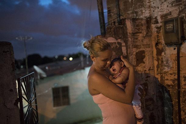Женщина с ребенком, который родился с микроцефалией