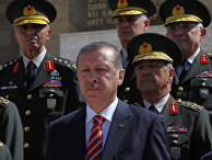 Президент Турции Реджеп Эрдоган вместе с командирами турецкой армией возле мавзолея Мустафы Ататюрка