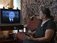 Пожилая женщина смотрит первый канал