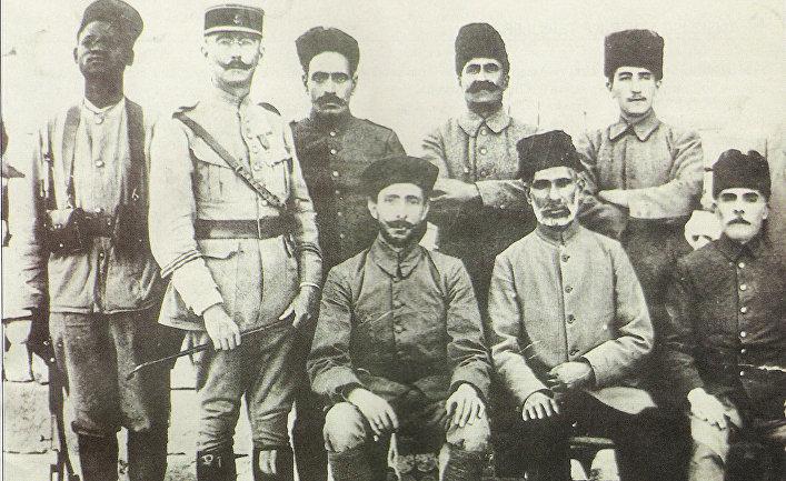 Французский офицер позирует с турецкими солдатами