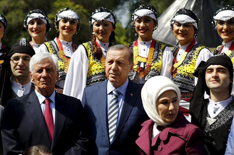 Президент Турции Реджеп Тайип Эрдоган и мэр города Витакура Рауль Торреальба во время встречи в Сантьяго, Чили