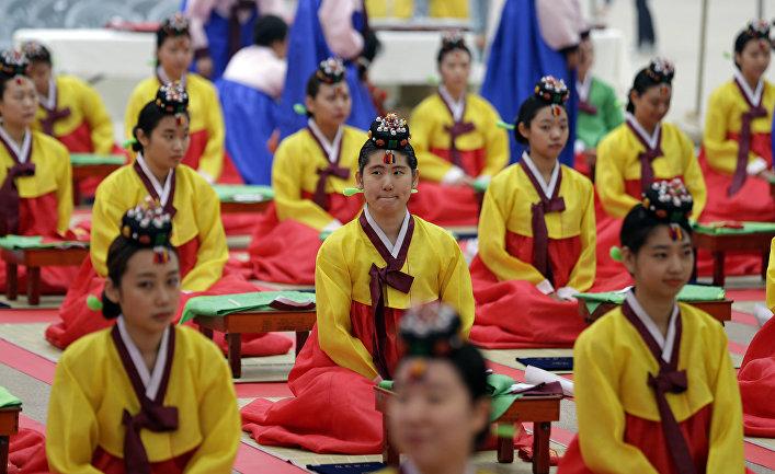 Девушки в традиционных корейских одеждах