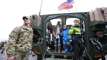 Американские солдаты принимают участие в параде в Нарве, посвященном годовщине независимости Эстонии