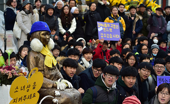 Студенты на митинге у посольства Японии в Сеуле