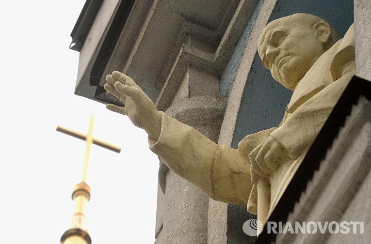 Статуя Папы Римского Иоанна Павла II на храме Воздвижения Святого Креста в Казани