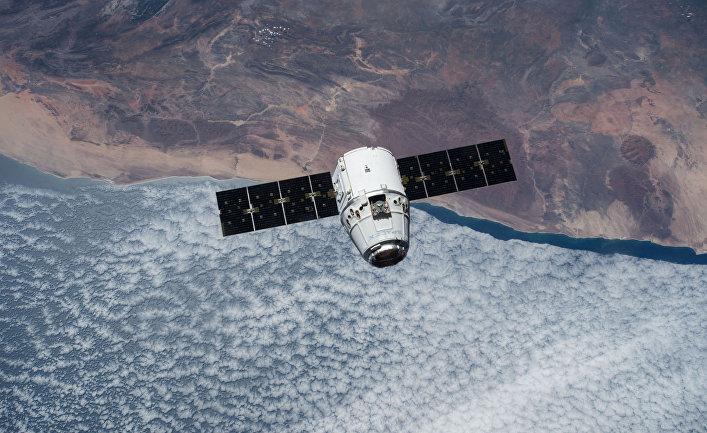 Космиеский грузовик SpaceX Dragon приближается к МКС