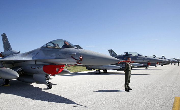 Истребители F-16 на церемонии открытия учений НАТО под названием Trident Juncture-2015