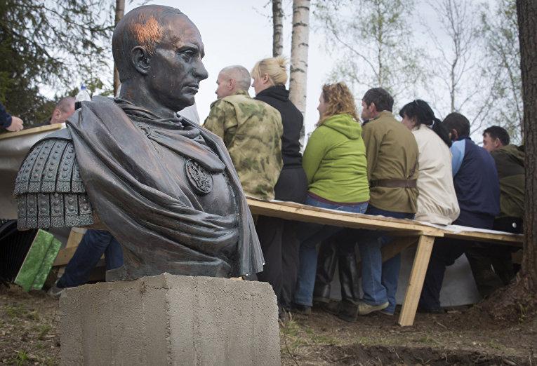 Казаки в Ленинградской области установили бюст Путина