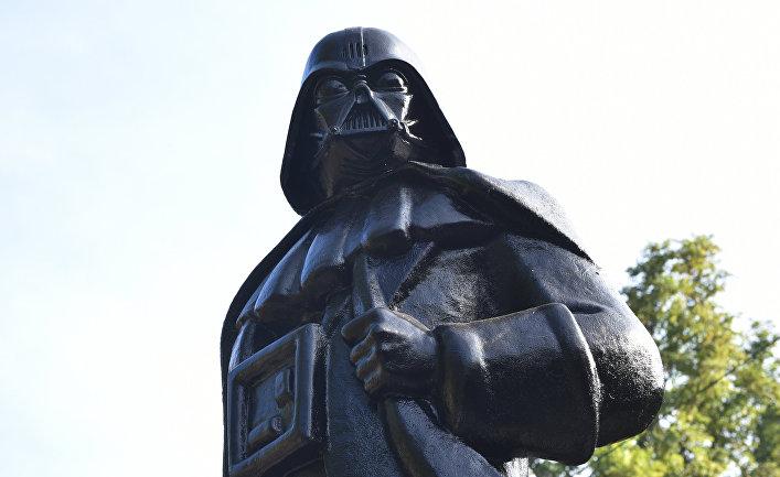 В Одессе памятник Ленину превратили в монумент Дарту Вейдеру