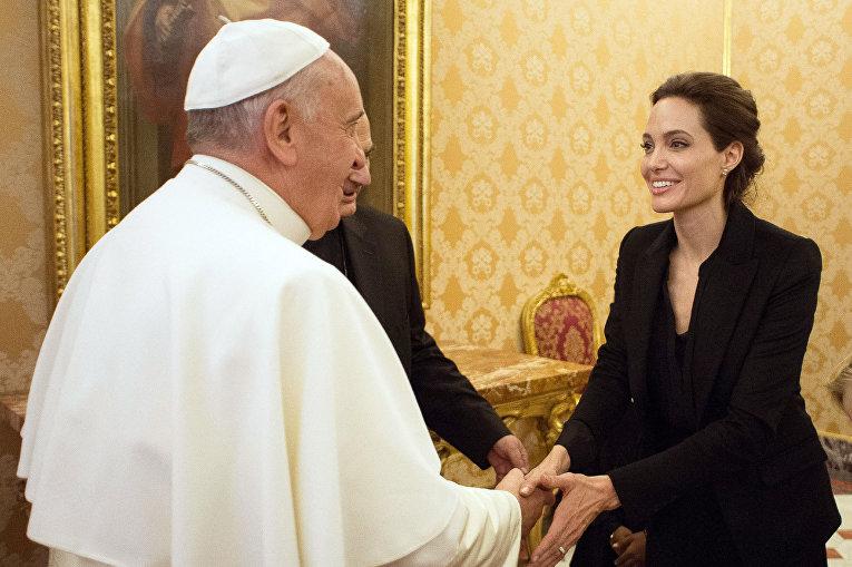 Папа Римский Франциск и актриса Анджелина Джоли в Ватикане
