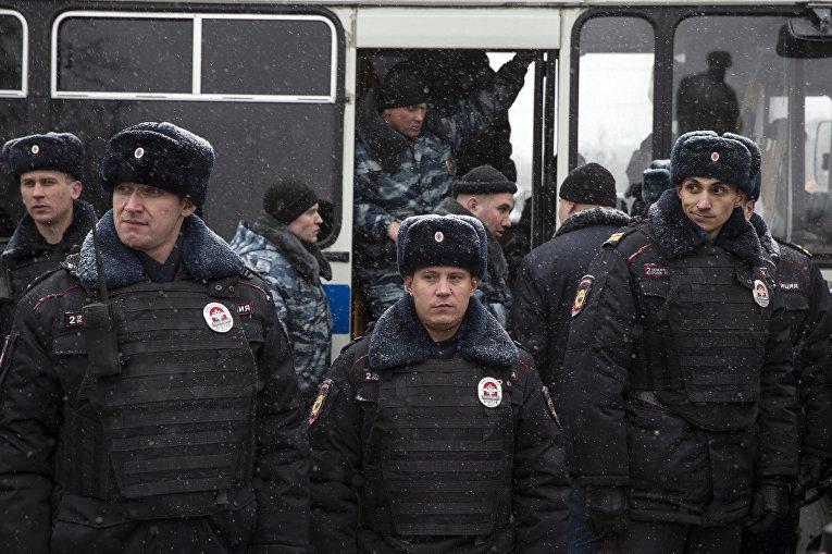 Отряд полиции дежурит во время акции протеста в Москве