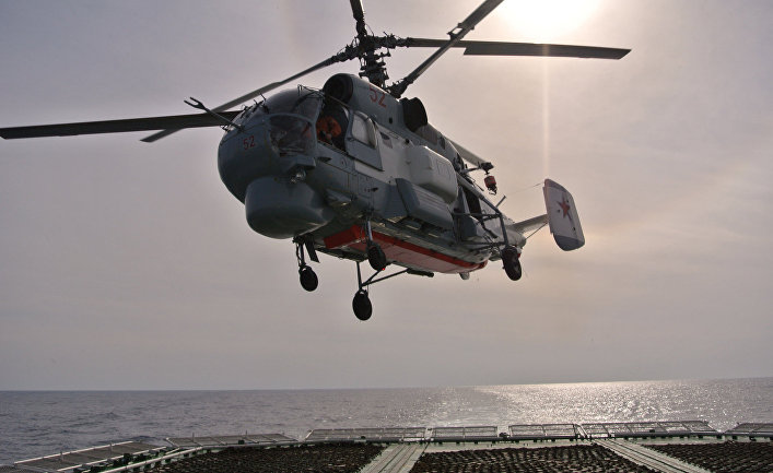 Вертолет ВМФ России взлетает с палубы БПК Вице-адмирал Кулаков