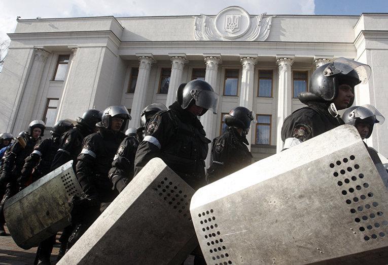 Сотрудники полиции у здания у здания Верховной Рады в Киеве