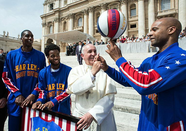 Папа Римский Франциск и знаменитая американская баскетбольная команда Гарлем Глобтроттерс в Ватикане
