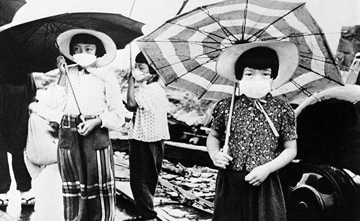 Девочки с марлевыми повязками на лицах на улице Хиросимы, октябрь 1945 года