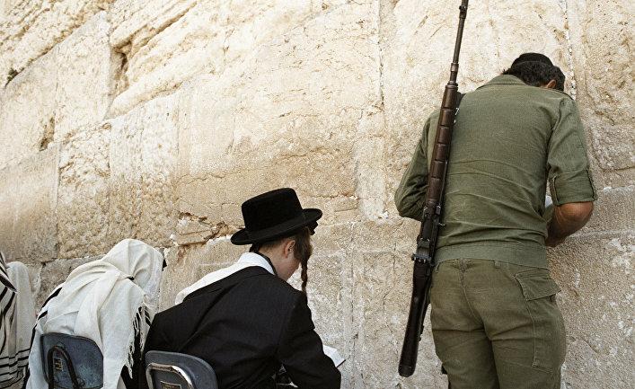 """Израильтяне молятся около """"Стены Плача"""""""