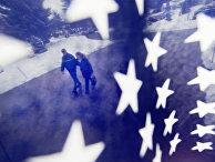 Американцы идут к месту голосования, фотография сделана сквозь американский флаг