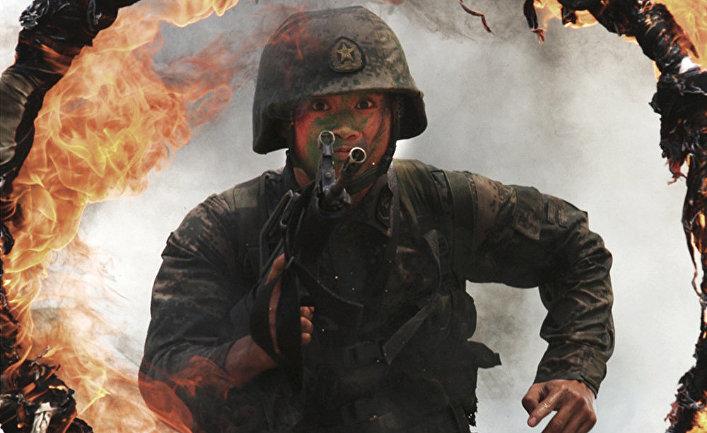 Солдат народно-освободительной армии Китая во время физических тренировок