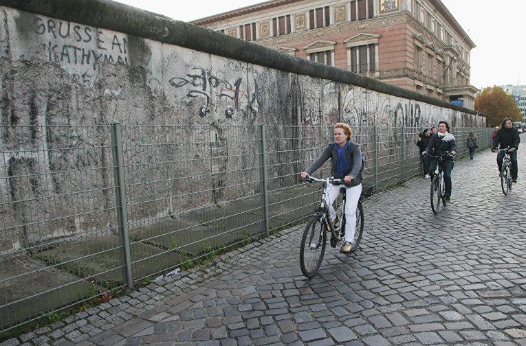 Сохранившаяся часть Берлинской стены недалеко от Потсдамской площади