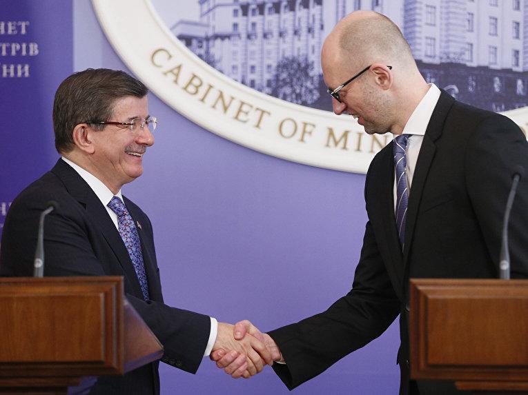 Премьер-министр Турции Ахмет Давутоглу и премьер-министр Украины Арсений Яценюк на встрече в Киеве