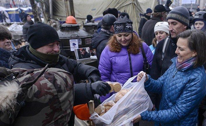 Виктория Нуланд раздает печенье протестующим на Майдане