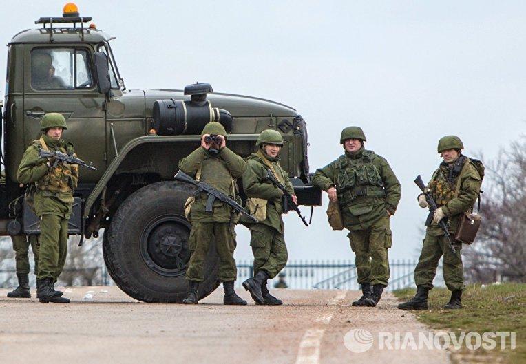 Вооруженные люди на въезде в аэропорт «Бельбек» рядом с Севастополем, 2014 год