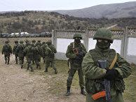 Российские солдаты на военной базе в Перевальном, 4 марта 2014 года