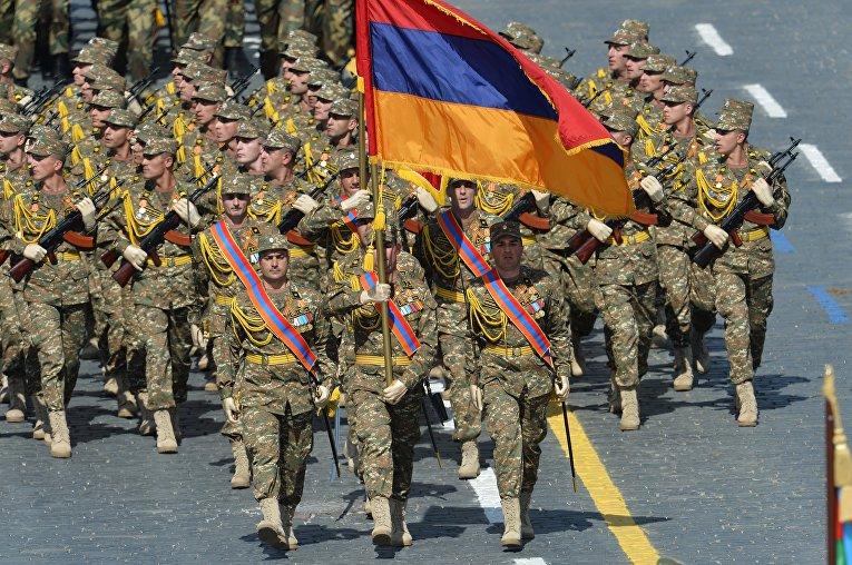 Военнослужащие Вооруженных сил Армении во время военного парада в ознаменование 70-летия Победы в Великой Отечественной войне