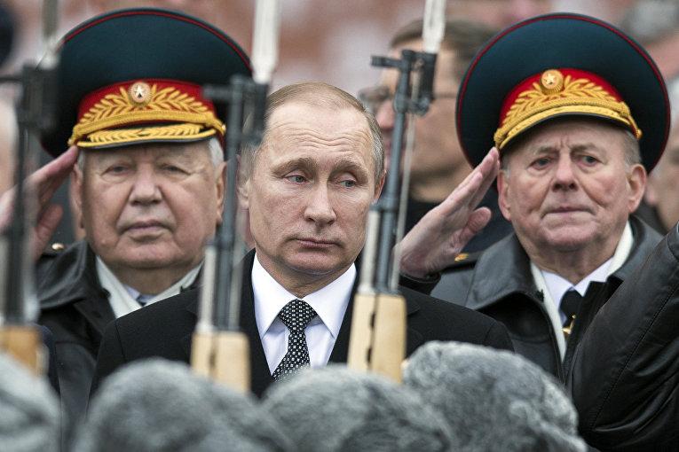Президент РФ Владимир Путин на церемонии возложения венков к Могиле Неизвестного Солдата в Москве