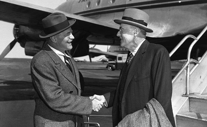 Госсекретарь США Джон Фостер Даллес (справа) приветствует своего брата директора ЦРУ Аллена Даллеса в аэропорту Нью-Йорка