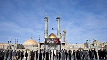 Очередь перед избирательным участком на выборах в парламент и в совет религиозных экспертов в Иране