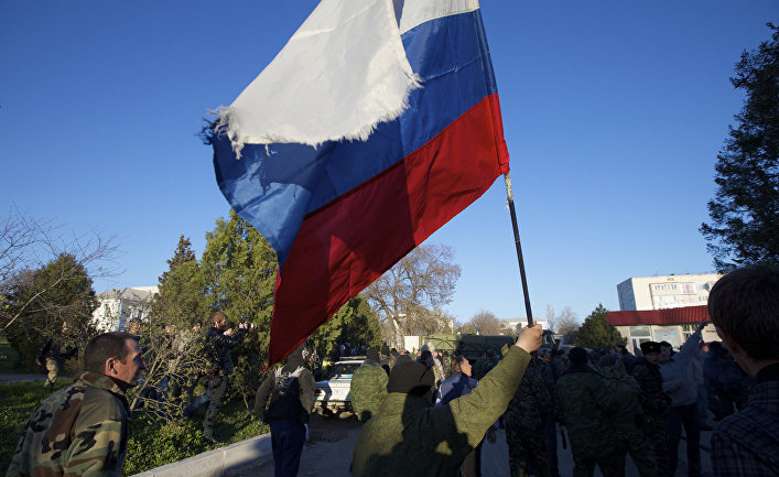 Пророссийские ополченцы с российским флагом на авиабазе Бельбек