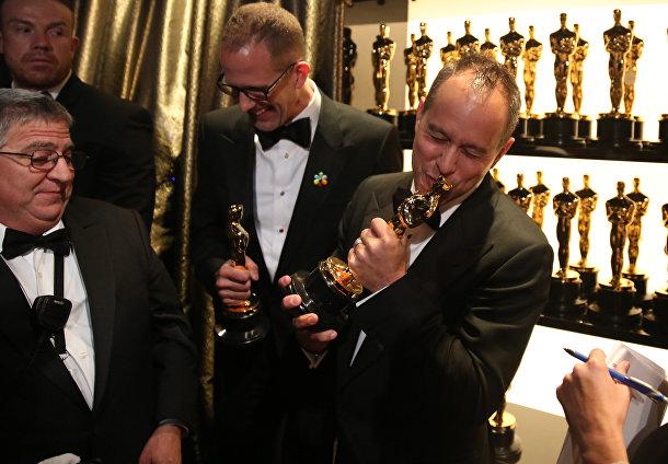 """Пит Докте и Джонас Ривера с Оскаром за лучший анимационный фильм """"Головоломка"""" на 88-й церемонии вручения премии Оскар"""
