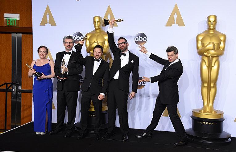 """Команда фильма """"Из машины"""" получившей награду за лучшие визуальные эффекты на 88-й церемонии вручения премии Оскар"""