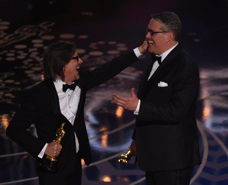 """Чарльз Рэндольф и Адам МакКей получают награду за лучший адаптированный сценарий, фильм """"Игра на понижение"""""""