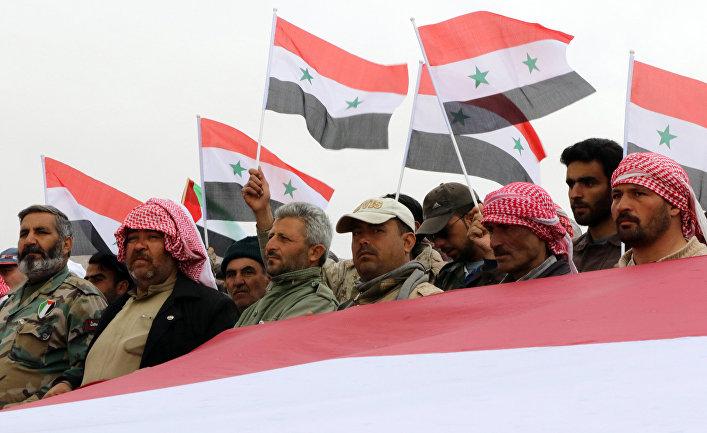Сирийские добровольцы и их родственники на праздновании окончания военных учений недалеко от Дамаска