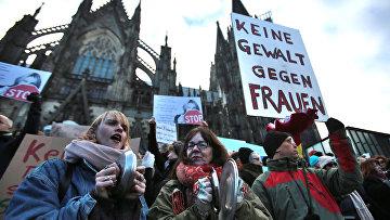 Женщины на акции протеста рядом с Кельнским собором