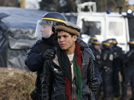 """Сотрудник полиции задержал молодого мигранта, жителя стихийного лагеря """"Джунгли"""" возле Кале"""
