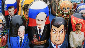 Матрешки с портретами глав СССР и России: Бориса Ельцина, Владимира Путина, Дмитрия Медведева, Иосифа Сталина