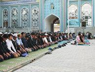 Мусульмане во время праздника Курбан-Байрам в центральной мечети Душанбе в Таджикистане