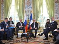 Президент России Владимир Путин и президент Франции Франсуа Олланд во время встречи в Париже