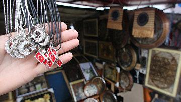 Украшения с изображениями турецкого флага в одном из магазинов в Белграде