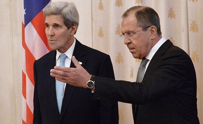 Министр иностранных дел РФ Сергей Лавров (справа) и государственный секретарь США Джон Керри во время встречи в Москве