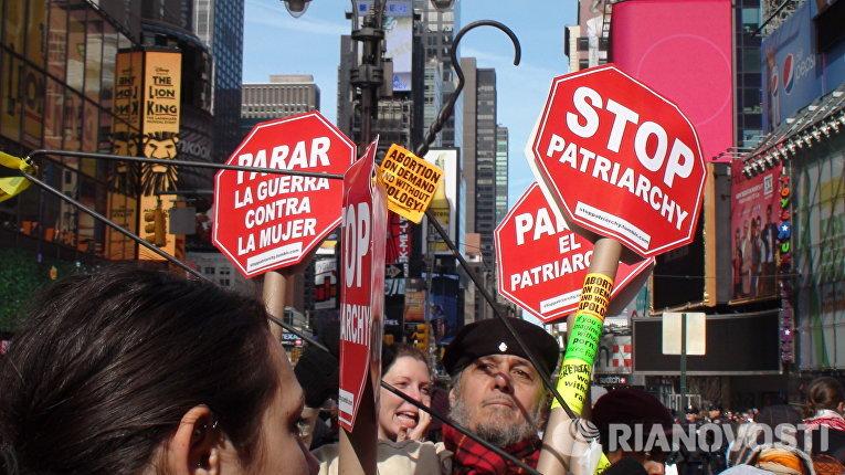 Феминистки прошли по улицам Нью-Йорка