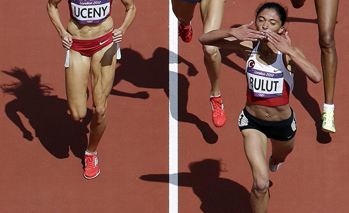 Турецкая спортсменка Гамзе Булут после победы в забеге на 1500 метров во время Олимпийских игр 2012 года в Лондоне