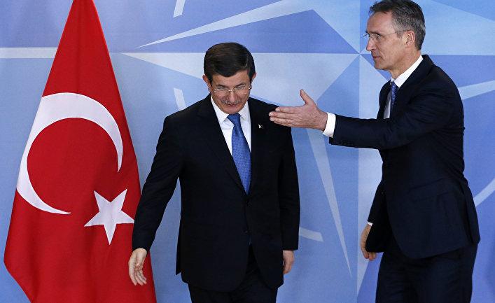 Генеральный секретарь НАТО Йенс Столтенберг приветствует премьер-министра Турции Ахмета Давутоглу на Саммит ЕС-Турция в Брюсселе