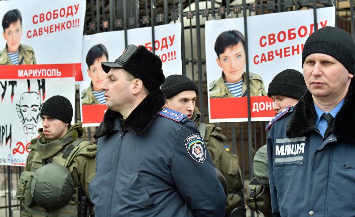 Милиция охраняет здание посольства России в Киеве во время акции протеста